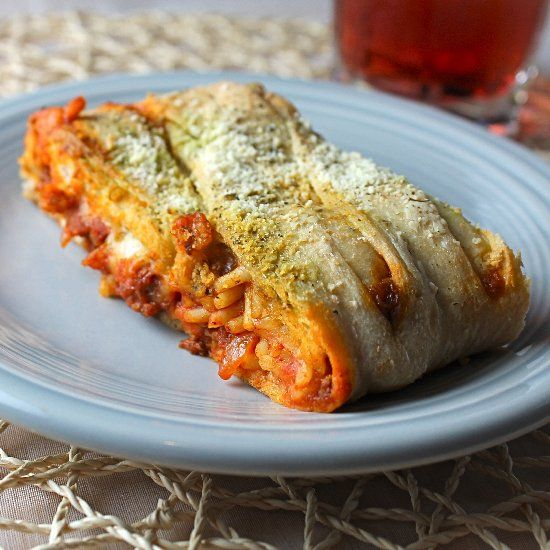 Wondering what to do with all that left over spaghetti? Cheesy Baked Spaghetti Bread is your answer. Your taste buds will thank you.