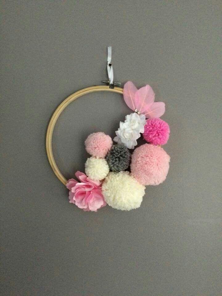 Couronne de ponpons et fleurs, laine Wm