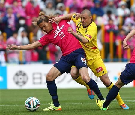 前半、柏・レアンドロ(右)の突破を阻む日本代表候補のC大阪・山下=日立柏サッカー場(撮影・吉澤良太)