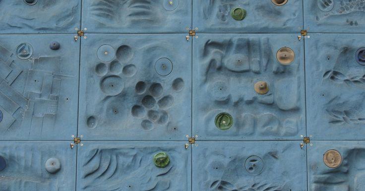Como construir uma parede de escalada caseira barata. Uma parede de escalada consiste em chapas de madeira compensada anguladas, ou outros materiais de parede rígida, com agarras para pés e mãos aparafusadas às suas superfícies. Além disso, existem seções de corda no topo instaladas com parafusos, polias e cordas. Todos esses itens se somam, visto que os custos não são baratos. Para economizar ...