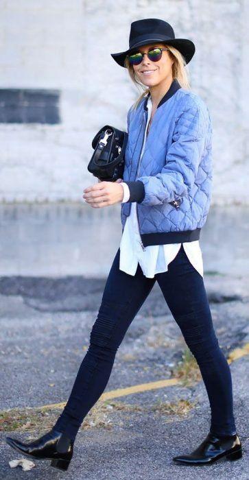Look bomber jacket azul skinny jeans botas blusa blanca sombrero boho gafas negras