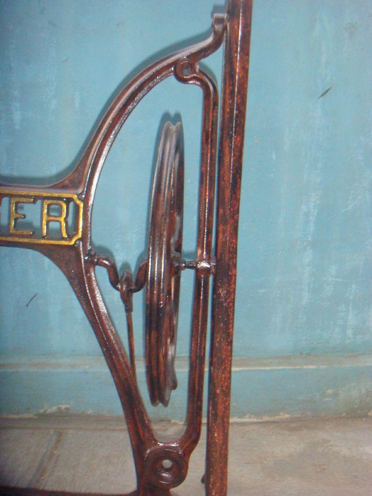 Kaki mesin jahit singer tua. Tampak detail siku samping kanan