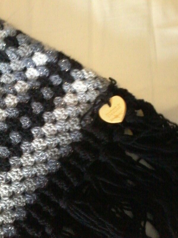 Gehaakt met stylecraft doublé knit 2 zwart 1 donker grijs en1 licht grijs en 2 stylecraft cabaret kleur storm naald 7 en naald 4. 5 patroon uit simply februari 2015
