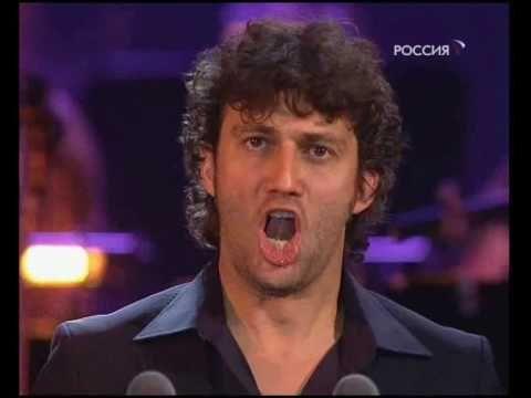 Georges Bizet: Carmen  Don José's aria La fleur que tu m'avais jetée    Moscow, December 16, 2008    La fleur que tu m'avais jetée,  Dans ma prison m'était restée.  Flétrie et sèche, cette fleur  Gardait toujours sa douce odeur;  Et pendant des heures entières,  Sur mes yeux, fermant mes paupières,  De cette odeur je m'enivrais  Et dans la nuit ...