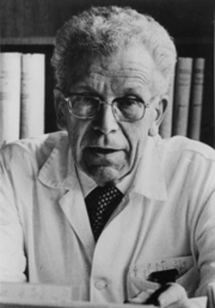 """Hans Asperger  Nascido em uma fazenda nos arredores de Viena, Asperger era o mais velho de dois irmãos. Ainda muito novo, mostrou talentos especiais. Tinha dificuldade em fazer amigos e era considerado """"distante"""" mas, na juventude, nos anos 1920, formou amizades que duraram sua vida toda. Formou-se em Medicina em 1931 e assumiu a direção da estação ludo-pedagógica na clínica infantil da universidade em Viena, em 1932. Casou-se em 1935 e teve cinco filhos"""