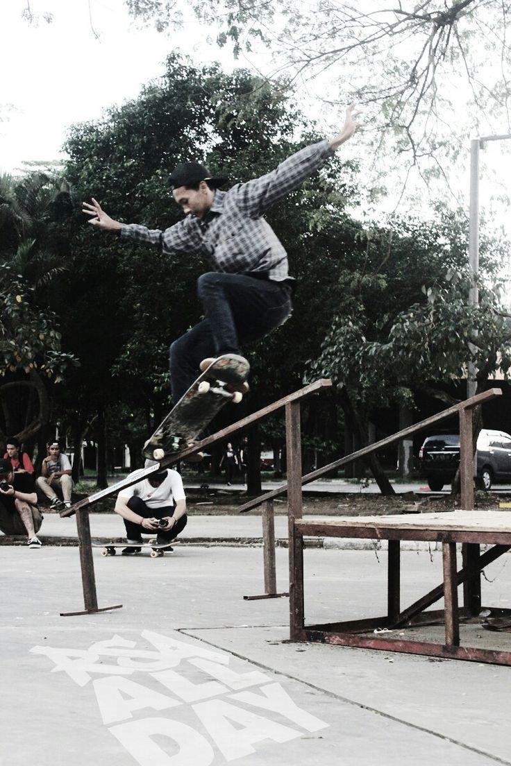 RSA ALL DAY skateboarding nosegrind on rail @rsaallday