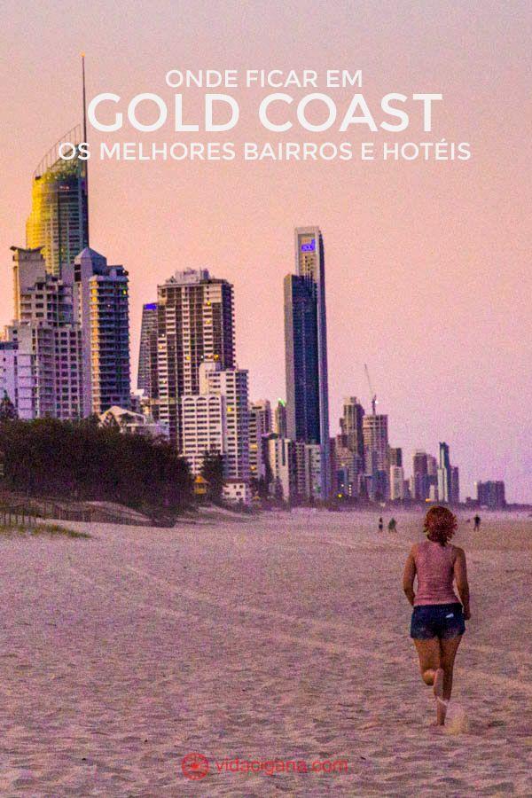 Onde ficar em Gold Coast: Uma mulher corre em direção aos prédios de Surfers Paradise, na cidade de Gold Coast, no estado de Queensland, na Austrália. Está no pôr do sol, o céu está pintado de rosa, roxo e laranja, e os prédios estão altos a esquerda da foto.