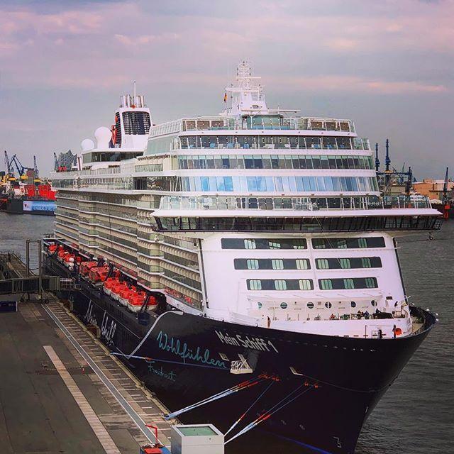 Die Neue Mein Schiff 1 Vor Ihrer Taufe In Hamburg Am Cruise