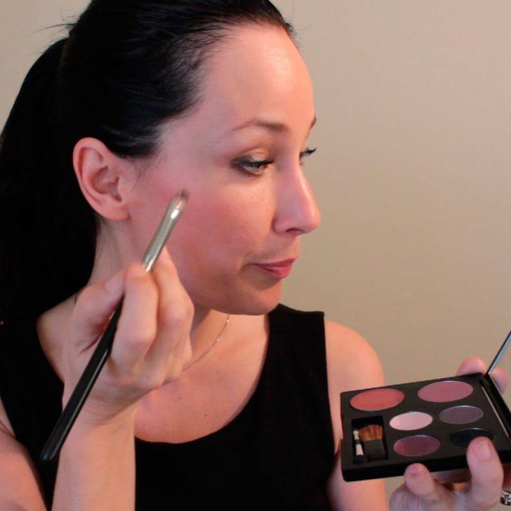 4 étapes faciles pour appliquer le fard à paupières. Je vous présente une vidéo sur l'application des fards à paupières des palettes de maquillage Chantal Lacroix.