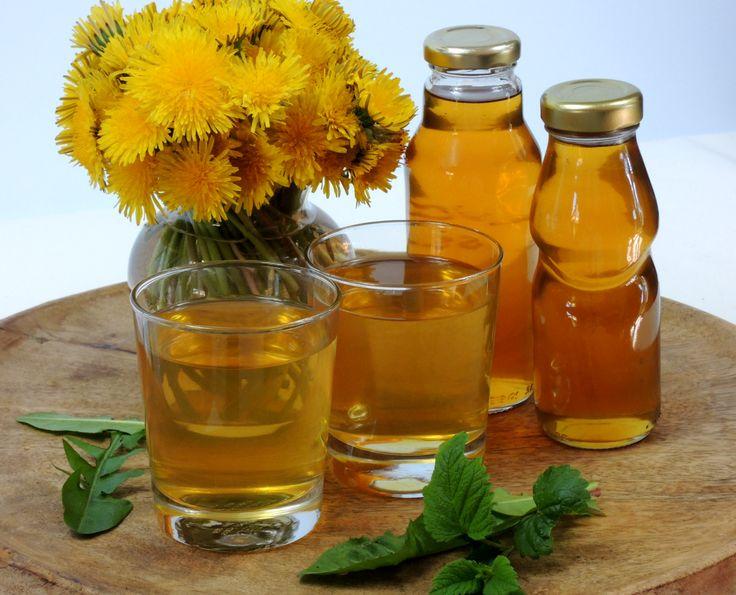 Výtečná domácí limonáda z pampeliškových květů i listů a listů meduňky vás skvěle osvěží a zároveň pomůže detoxikovat organizmus.