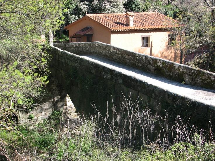 El puente del siglo XVIII sobre la garganta forma parte del antiguo camino al Monasterio de Yuste.