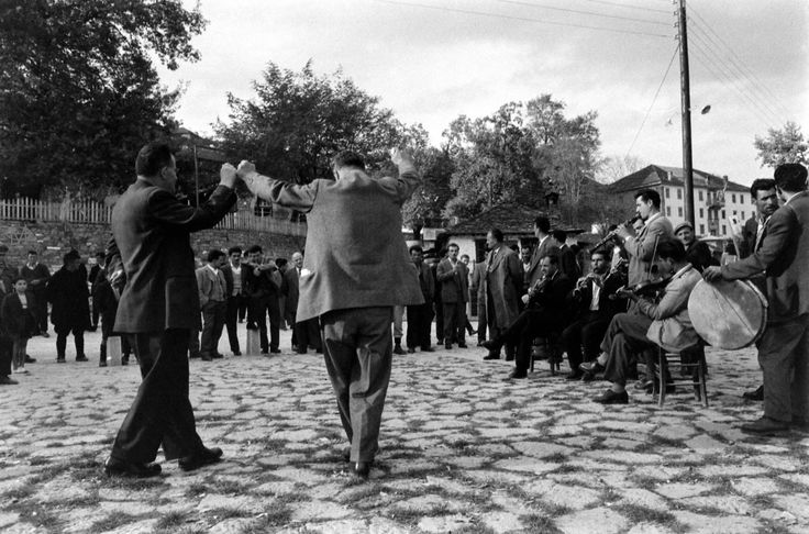 James Burke, Νοέμβριος 1959, χορευτές και οργανοπαίχτες στην πλατεία του Μετσόβου