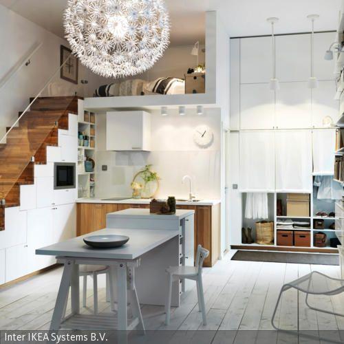 Die helle nordische Einrichtung der Küche wirkt zeitlos und einladend. Viel Platz entsteht in der Küche durch die unter dem Treppenaufgang eingebauten Küchenschränke. …