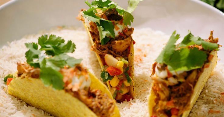 Jeroen maakte ooit 'pulled pork', varkensvlees dat je lang op lage temperatuur gaart zodat het heel zacht wordt en je het gemakkelijk uit elkaar kunt trekken. In dit recept doet hij hetzelfde met kip.De kip wordt ingewreven met flink wat exotische specerijen en bruine suiker en gaat dan voor minstens twee uur in de oven. Als ze gaar is, trek je het vlees in stukjes en gebruik je het samen met een pittige Mexicaanse salsa om tacoschelpen te vullen.Extra materiaal: