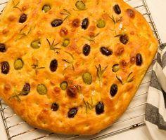 Focaccia är ett riktigt smarrigt italienskt bröd. Garnera gärna focaccian med oliver och andra goda örter som rosmarin och gourmetsalt. Supergott och en smak av Italien!