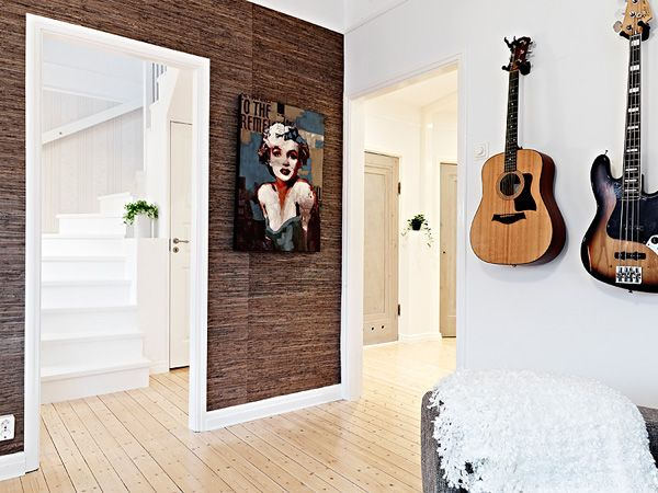 гитара на стене, холл и пол