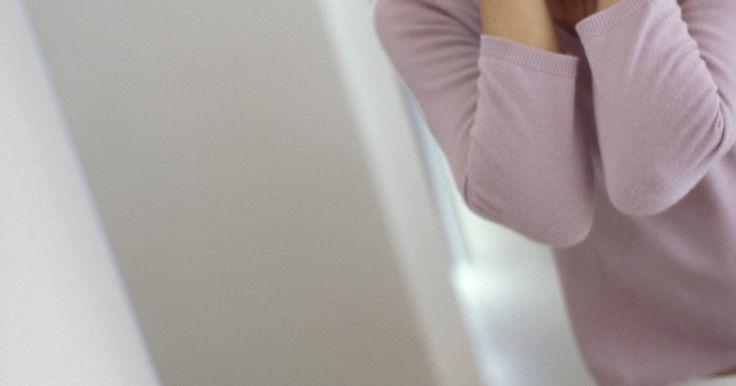 Receitas caseiras para combater as rugas. Existem vários cremes, loções e géis que prometem ajudar a remover as rugas do rosto. A cirurgia a laser e o Botox são outras opções. No entanto, em vez de passar por esses extremos há muitos remédios caseiros que podem ajudar a reduzir as rugas.