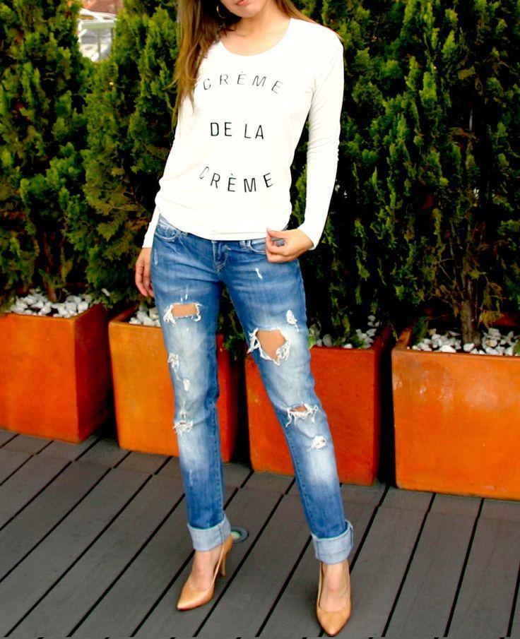 Blusa CREME DE LA CREME. Tshirt, blouse, top, white, black text, outfit, jeans, dressed, camel shoes, fancy, cool.  @R T  39.000
