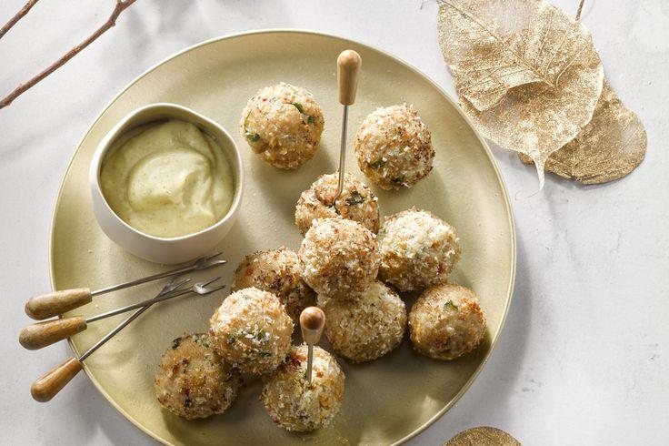 Verras je gasten met pittige kippenballetjes met kokos. Dit Aziatisch apertitiefhapje is ideaal voor als het eens wat anders mag zijn met de feesten.