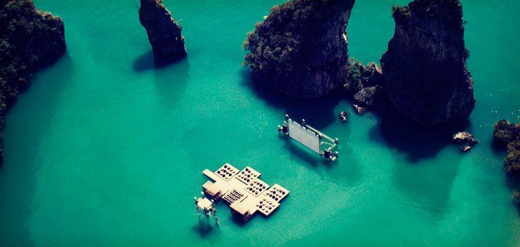 """Для кинофестиваля в Таиланде построили плавучий открытый кинотеатр с природным """"интерьером"""" в виде океана и живописных скал. Так архитектор реализовал идею мимолетности кино."""