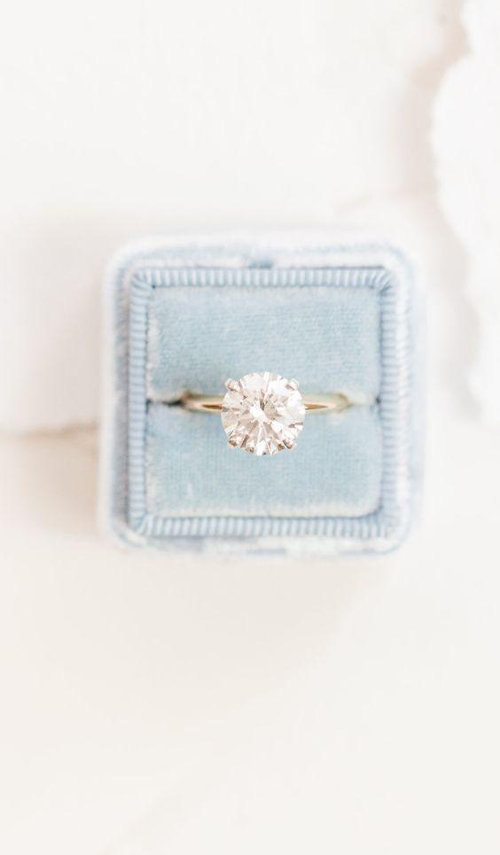 Anillo de compromiso, solitario con diamante en corte redondo