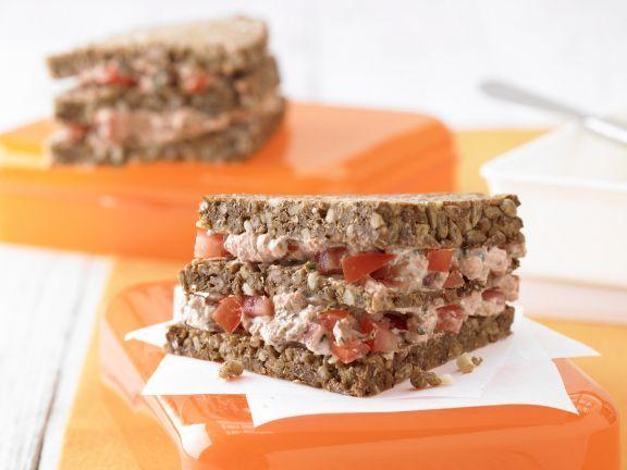 Zum Aus-der-Hand-Essen:  Das Ricotta-Tomaten-Sandwich vereint Ballaststoffe, B-Vitamine und schützende Flavonoide in sich.