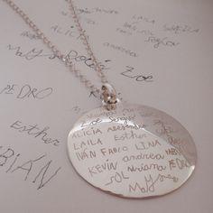 Medallones con firmas, elaborados a mano, en plata de ley. Joyas para dejar huella con un poema de amor, un dibujo o las firmas de aquellos que quedarán en el recuerdo. Más info: sebestyenjoyas@gmail.com