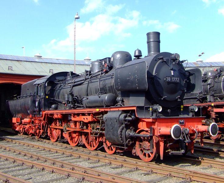 Für Stefan der wie ich in die P8 verliebt ist: Die 38 1774, ex. 038 772-0 (ex P8 2459 Königsberg) im Südwestfälische Eisenbahnmuseum, Siegen am 04.09.2010. Die Lok wurde am 05.12.1974 als letzte P8 der DB abgestellt. Dis in die 90er Jahre fuhr sie noch für die Eisenbahnfreunde Betzdorf, nach einem Unfall ist sie ein nicht betriebsfähiges Ausstellungsstück, langfristig Aufarbeitung geplant.