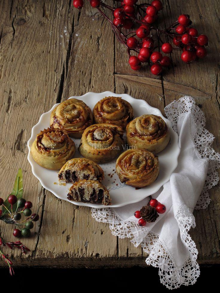 Ciao a tutti, dopo le Cartellate vi propongo un'altra specialità natalizia tutta Pugliese. Le sfogliatelle che insieme alle Cartellate sono i dolci natalizi tipici pugliesi che più preferisco e come ogni anno non possono mancare. Una sottile e croccante sfoglia racchiude un morbido ripieno fatto di frutta secca, cioccolato e marmellata. L'impasto della sfoglia è…