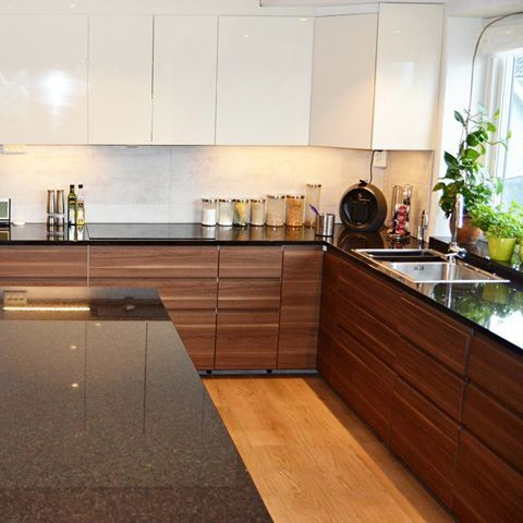 Black Pearl Fantastisk kjøkken. I Valnøtt og Gloss. Benkeplate i Granitt, varm mørk plate med et nydelig spill. Gled deg til vår nye katalog! #scangranitt #steinleverandør #benkeplate #bestpåstein #granitt #interiør #inspirasjon #kjøkken #blank #polert #countertop #worktop #benk #steinbenkeplate #kjøkkeninspo #valnøtt #gloss #husoghjem #interior #kitchen #kitcheninspo #kitcheninterior #blackpearl #blackpearlgranite #øy #kjøkkenøy #kjøkkeninspirasjon