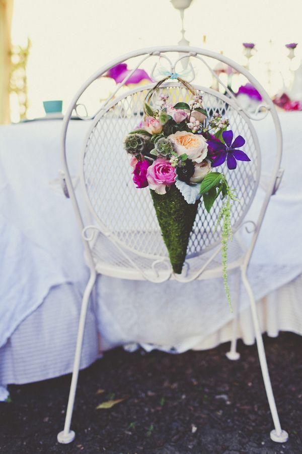 Os Presentamos Unas Bonitas Ideas Para Darle Un Toque Personal A Las Sillas De Una Boda Flower DecorationWedding