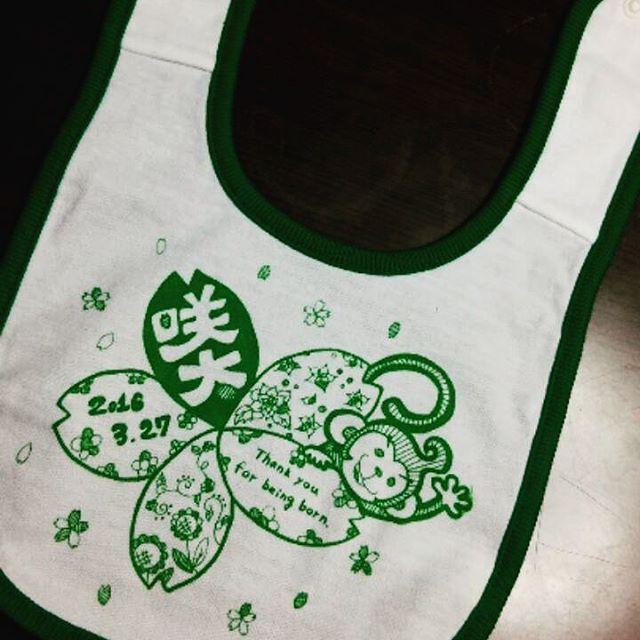 【maccoro_maccoro】さんのInstagramをピンしています。 《友だちから出産祝いシリーズ♡  申年生まれさん♡ 名前にちなんで、桜の花♡ リクエストに答えられるように、描きました(*´∀`*)♪ 載せられませんが、素敵スマイルの写メも頂きましたっ♡♡♡ #maccoro#baby#kids#design#ビブ#スタイ#illust#こども服#ベビー服#イラスト#申年#桜#出産祝い#かわいい#おめでとう#smile#素敵スマイル#sakura#monkey#present#inspiration  @_awai_と共同出展(*´∀`*)♪ 10月29日、30 日にロハスフェスタ☆in大阪万博公園  11月19日にママフェスタ☆in広島  #awai#共同出展#lohas#ロハスフェスタ#osaka#大阪#ママフェスタ#hiroshima#広島》