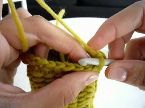 Manos abrigadas, dedos libres! Aprende cómo tejer unos guantes sin dedos (mitones) en crochet o ganchillo. Utilizamos el punto tunecino, con el que logramos un tejido compacto y muy original. Son súper fáciles de hacer y con estas explicaciones paso a paso tendrás en pocas horas unos super guantes para mantener tus manos calentitas. ¿A qué esper...