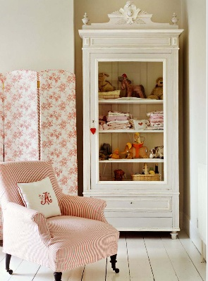 The lush rose garden of UK Glamour stylist Charlotte-Anne Fidler is reflected in the interior furnishings, from a folding screen covered in floral fabric to a vintage chair in pale pink linen. htf. magazine issue one. Photography: Debi Treloar/Living Inside. www.hardtofind.com.au