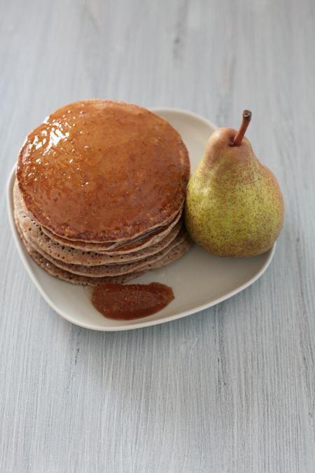 Pancake integrali con confettura di per e cannella, ricetta vegan. Ecco un'alternativa golosa per la colazione o per la merenda. I pancake, dolce tipico degli Stati Uniti, ricordano le crepes francesi, ma sono più piccoli e più spessi. I pancake classici vengono serviti accompagnati da sciroppo d'acero, confetture e frutta fresca. Prepararli in casa è molto semplice. Ve li proponiamo in versione vegan. Li potrete accompagnare con una confettura di per e cannella fatta in casa. Senza uova e…