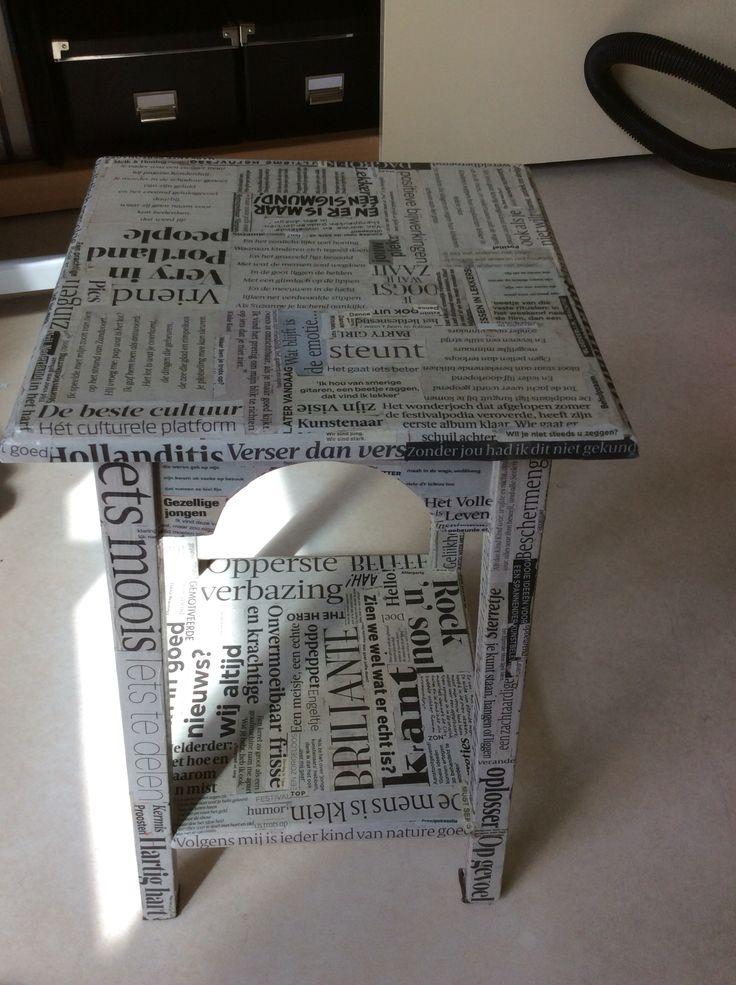 Positieve krantenknipsels op tafeltje geplakt, afgewerkt met varnish POSITIEVE KRANTEN PLANTENTAFELTJE