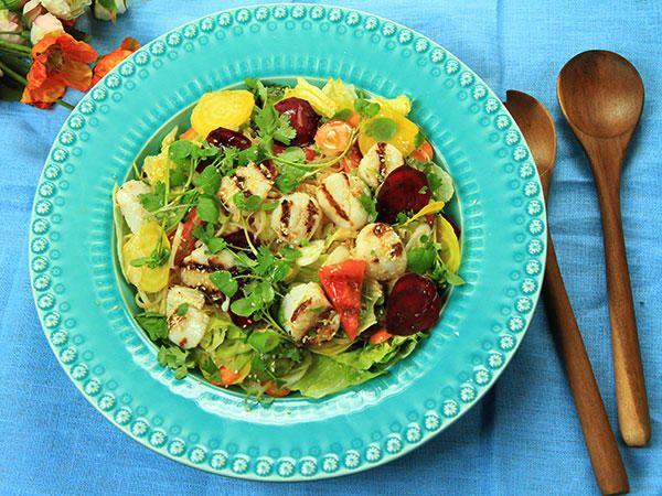 Glasnudelsallad med sommargrönsaker och grillade pilgrimsmusslor