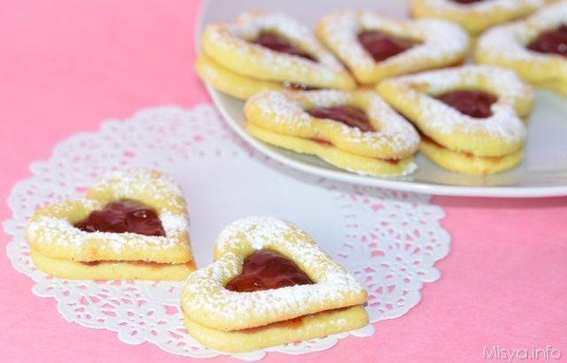 E dopo i Cupcakes di San Valentino, in questo lunedì di gelo vi propongo dei biscotti a forma di cuore farciti con marmellata di fragole che ho