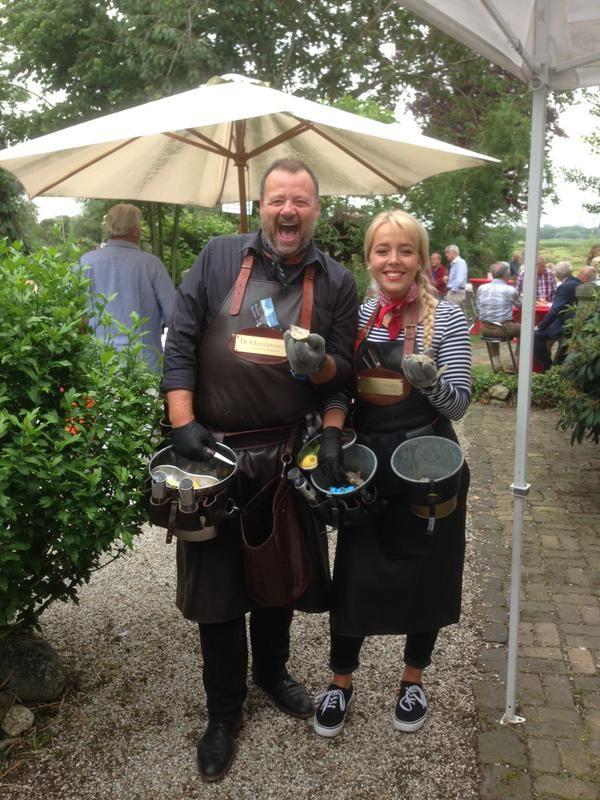 http://www.funenpartymatch.nl/oesters.php#Oesters eten: met limoen, peper, groene tabasco, Bretonse dressing en Bowmore whisky http://www.funenpartymatch.nl/oesters.php