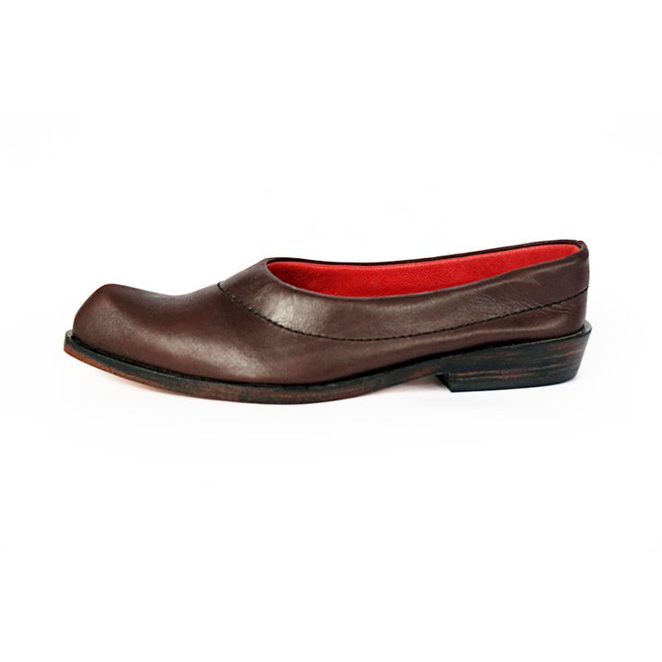PAITA Slipper in soft chocolate and red leather with handmade wooden sole for relaxed style. #pzdvintage #handmadeshoes