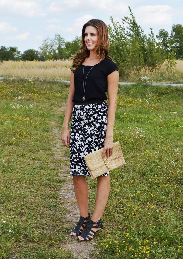 Černo+bílá+květovaná+sukně+Sukně+s+černými+květy+na+bílém+podkladu.+Úpletová+sukně+v+pase+zpevněná+širokou+gumou.+Pružný+materiál,+pohodlné+nošení.+Jedná+se+o+recyklovaný+výrobek+-+nenošené+široké+tričko.+V+nabídce+je+jen+jedna+velikost,+ale+na+požádání+a+po+dohodě+vám+můžu+zhotovit+ještě+jednu+velmi+podobnou+sukni+také+z+černo+bílého+širokého+nikdy...