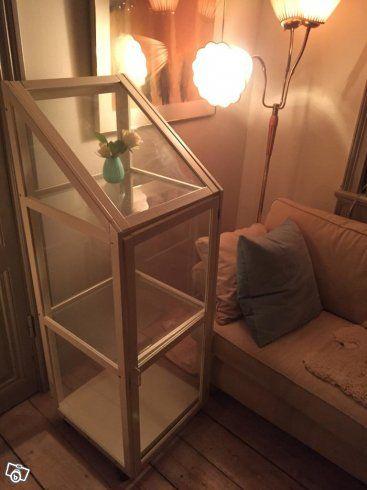 Vitrinskåp i mycket bra skick. Köpt på IKEA, tidigt 80-tal. Vitt skåp med glas runt om hela skåpet. 3 hyllor. Kan öppnas både i  taket  och framifrån. Mått, D 48,5, B 48,5 H 140  Jag har haft mina glas här, men skåpet kan också användas som växthus e...