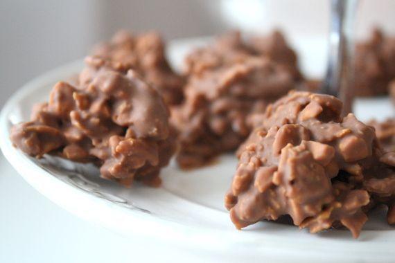 Mina bästa tips på goda & lättbakade julgodisbitar Wienernougat  Det här behöver du : 100 gram mjölkchoklad (eller om man hellre vill mörkchoklad 70 % ) 250 gram nougat 100 gram flagad mandel Gör så h