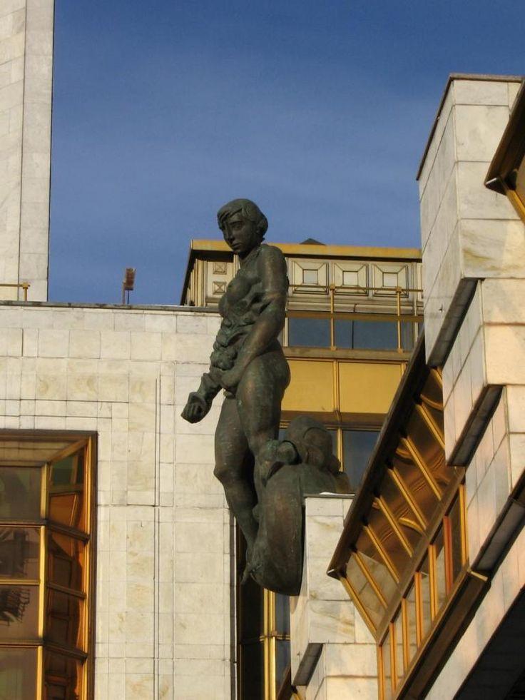 The sculpture on the building of the Presidium of the Russian Academy of Sciences Андрей Ю. Вуколов, Public Domain