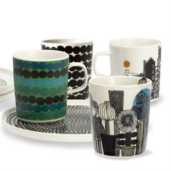 Die Siirtolapuutarha Tassen sind Teil der Porzellan-Serie In Good Company von Marimekko, die vom Finnen Sami Ruotsalainen designt wurde. Das charakteristische Siirtolapuutarha-Muster stammt aus der Feder der berühmten, finnischen Designerin Maija Louekari. Diese stilreine Tasse aus edlem Vitro-Porzellan ist in verschiedenen Farbstellungen bestellbar.