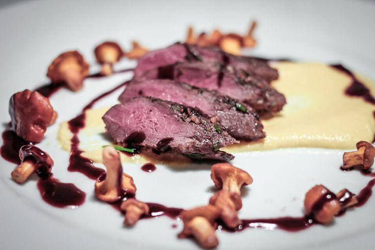 örtrubbad harytterfilé med rödvinsås smaksatt med hallon, stekta kantareller och majspure.