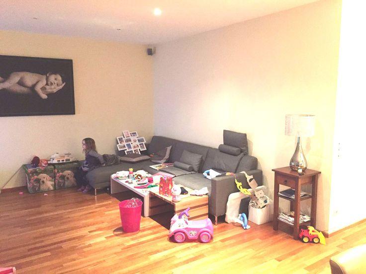 Vorher - Sofa an die falsche Wand gepresst.