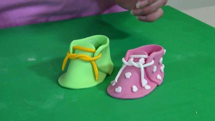Leer met behulp van onze video workshop hoe je een schoentje maakt van fondant voor op een taart. In dit voorbeeld laten we zien hoe je met een JEM uitsteker een babyschoentje maakt. Een taart maken voor een geboorte of baby shower, met dit babyschoentje als topper maak je de taart helemaal af. De basis uitleg kun je ook gebruiken voor de andere uitstekers van JEM.