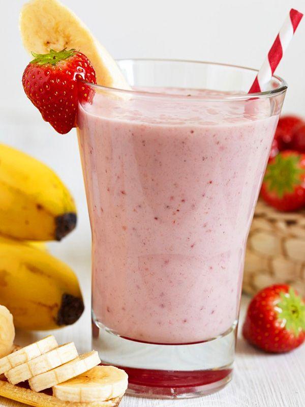 Frullato smoothie allo yogurt greco e frutta: un classico che non passa mai di moda, a base di banana e fragole, insaporito dal fresco gusto di menta.