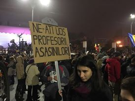 FOTOGALERIE A cincea zi in Piata Universitatii: In jur de 2.500 de oameni au iesit in strada. Membri ai galeriilor, masati la Cruce, s-au manifestat violent - Esential - HotNews.ro